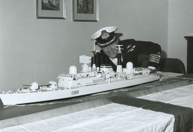 """Paul Hoddinott, el comandante de la HMS Glasgow rindió homenaje al buque cuando lo visitó en Ushuaia: """"Mi respeto a los valientes hombres que tan bien sirvieron a su país en el ARA Alférez Sobral en 1982"""", escribió"""