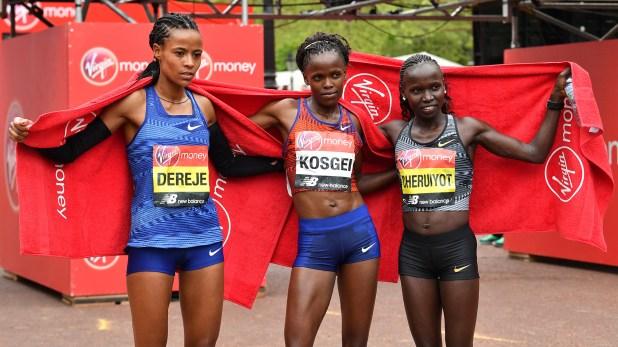 (AFP) Las tres atletas que subieron al podio