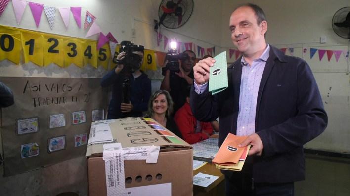 El radical José Corral emitió su voto alrededor de las 10 horas (Caro Niklison)