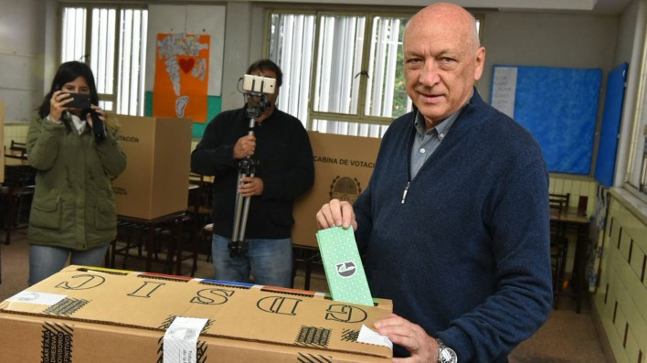 El socialista Antonio Bonfatti votó cerca de las 9.30 horas (Twitter: @AntonioBonfatti)