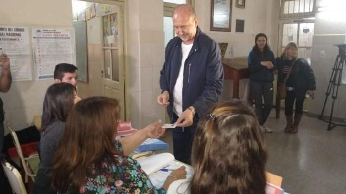 El peronista Perotti votó en una escuela de Rafaela (Twitter: @Rosario_Plus)