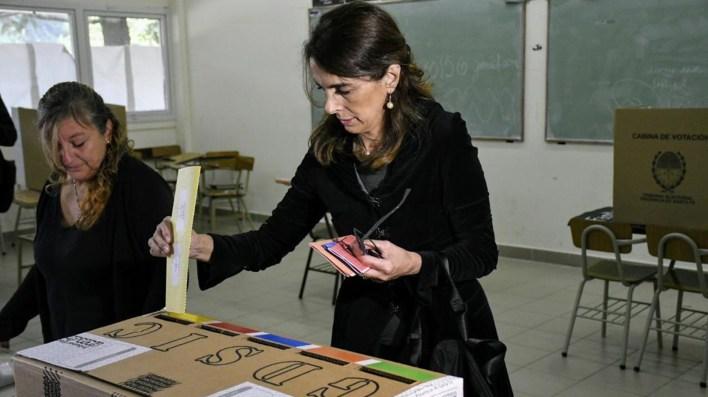 María Eugenia Bielsa votó en la Facultad de Psicología de la Universidad de Rosario (Twitter: @ConLaGenteRos)