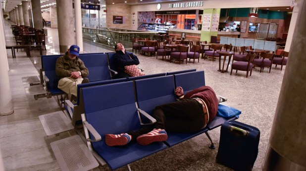 Aeroparque, desierto. Los turistas que quedaron varados aprovechan para descansar
