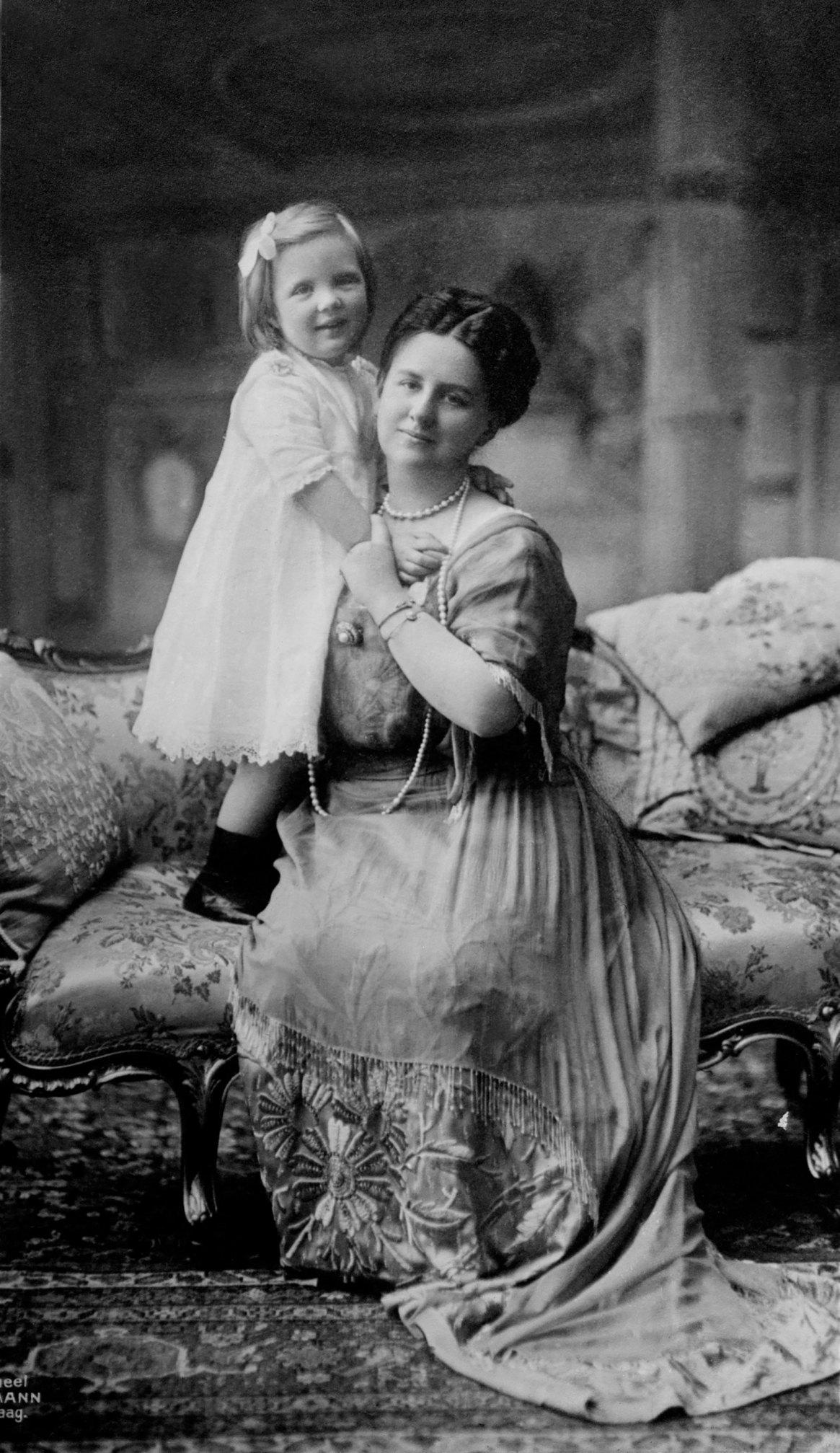 Guillermina y su hija Julianaen1914