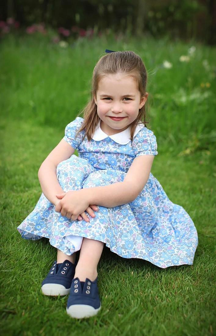 El príncipe William, de 36 años, y Kate Middleton, de 37, celebraron el cumpleaños de su hija con tres nuevas fotos de la princesa tomadas por la duquesa de Cambridge (@kensingtonroyal)