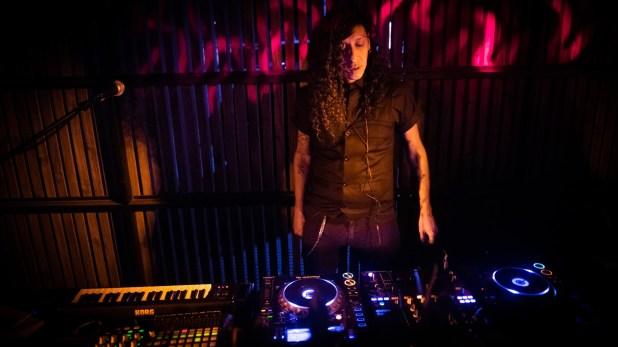 Cada noche, un DJ musicalizalos distintos ambientesdeEnero. El concepto de ambiente, buena gastronomía y tragos de autor representan las claves del lugar.