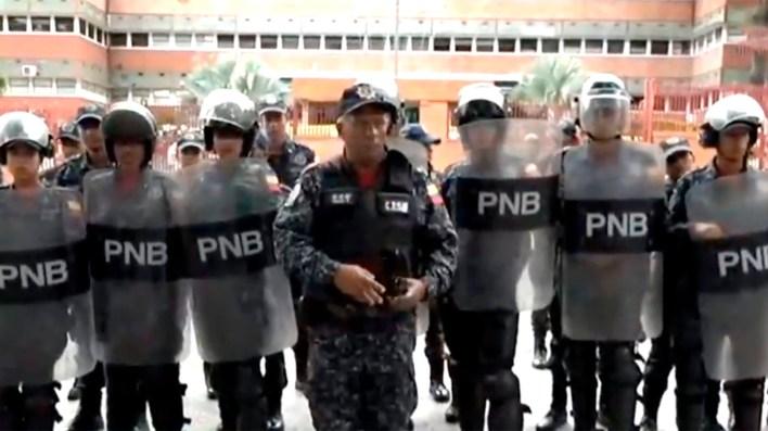 Efectivos de la Policía Nacional Bolivariana en las puertas del cuartel de San Bernardino, en Caracas