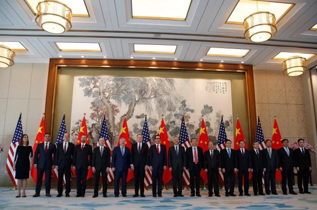 Foto conjunta entre las delegaciones de EEUU y China que negocian el acuero comercial (AP)