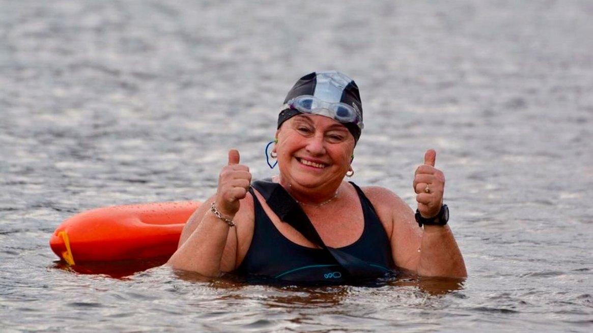 Con los pulgares en alto y sonrisa amplia, así entrena y compite Celia a sus jóvenes 66 años.