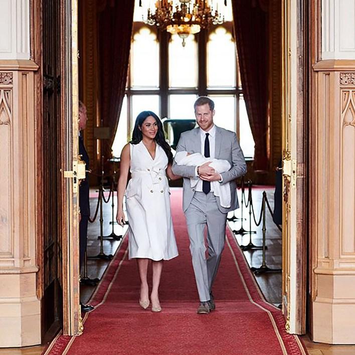 Los duques de Sussex en el castillo de Windsor junto a su bebé Archie (@sussexroyal)