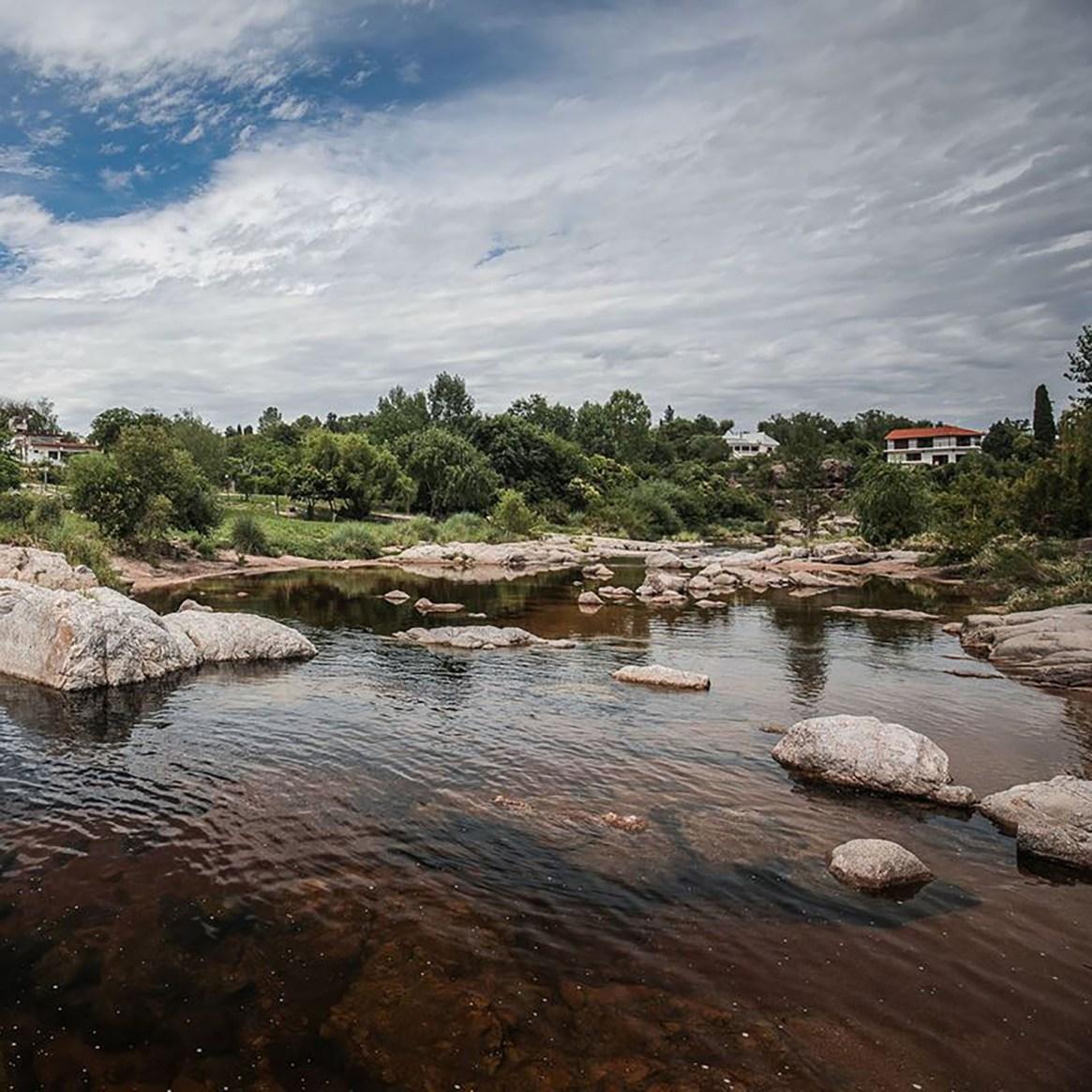 Sus aguas frías, mineralizadas gracias al corredor de roca, tienen fama de ser curativas (Facebook: 7 MAR)