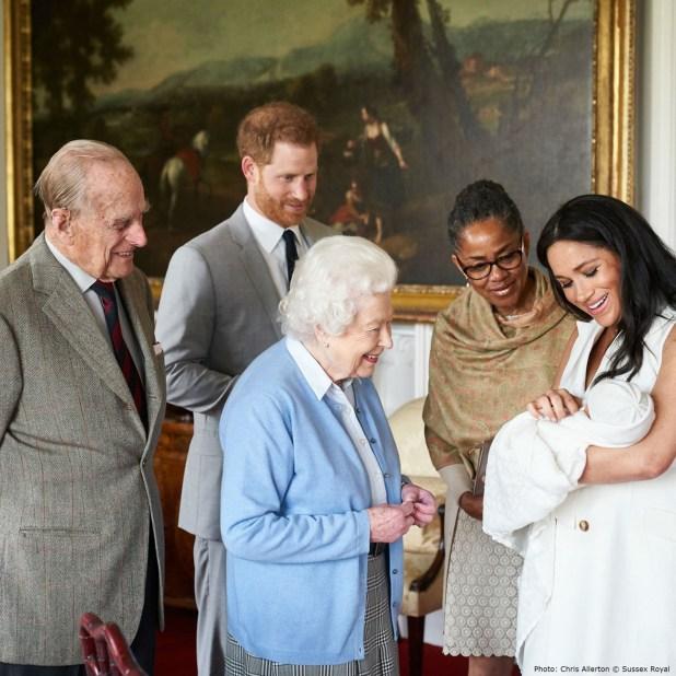 Con una fotografía junto a la reina Isabel II, el duque de Edimburgo y la madre de la duquesa,Doria Ragland,la pareja real terminó este miércoles con el misterio sobre el nombre de su hijo