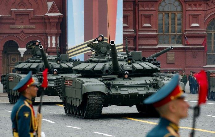 Dos tanques T-72 B3 (Reuters)