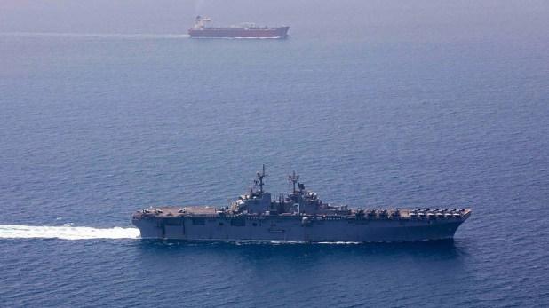 El buque de asalto anfibio de clase Avispa USS Kearsarge (LHD 3) en el estrcho de Ormuz (@CENTCOM)