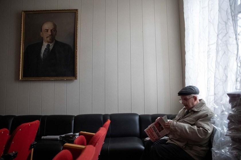 Bagayev elige diarios del partido comunistas para distribuirlos a los militantes (REUTERS/Maxim Shemetov)