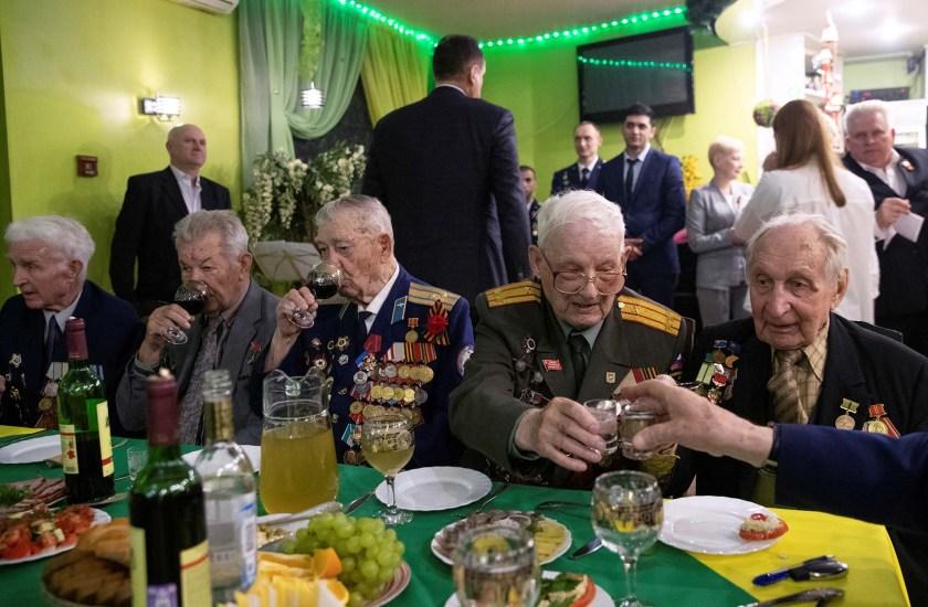 Bagayev durante un encuentro con otros veteranos (REUTERS/Maxim Shemetov)