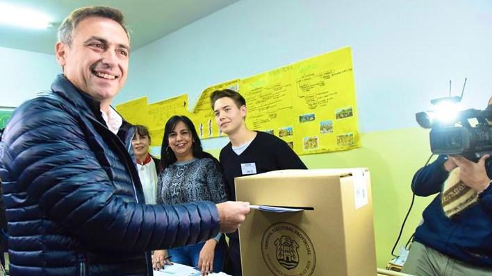 El radical Ramón Mestre fue el primero de los candidatos en votar (@ramonjmestre)