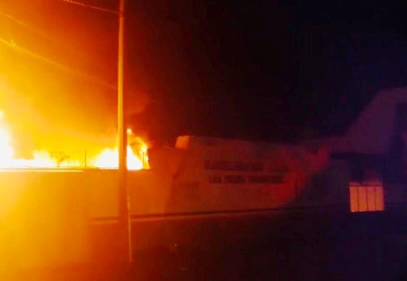 A través de redes sociales se difundieron imágenes del fuego (Foto: Facebook @HiramMoreno)