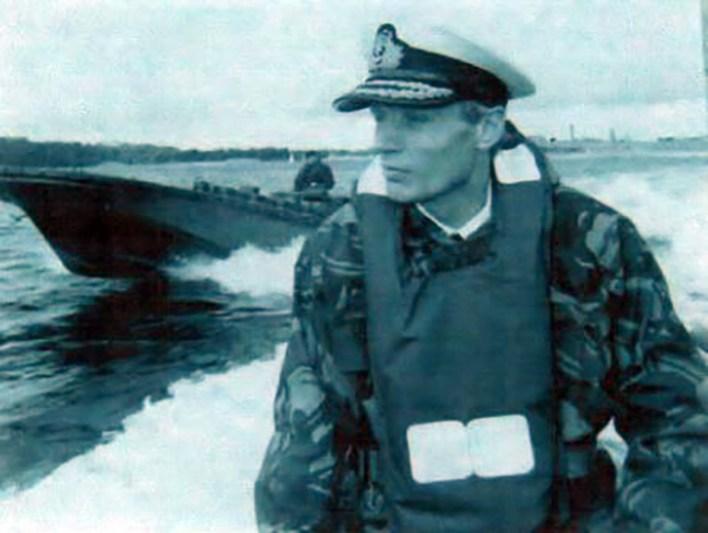 El comandante de la Fragata Avenger lideró las operaciones de repliegue de las tropas argentinas apostadas en Bahía Fox y allí halló el sable del militar