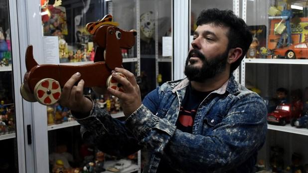En sus manos, Ventura sostiene al perro Batuque, el juguete que dio parte del nombre al museo (Nicolás Stulberg)