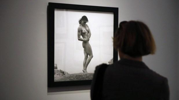 Un visitante en una muestra de fotos de Mapplethorpe, en 2014. AFP PHOTO / PATRICK KOVARIK