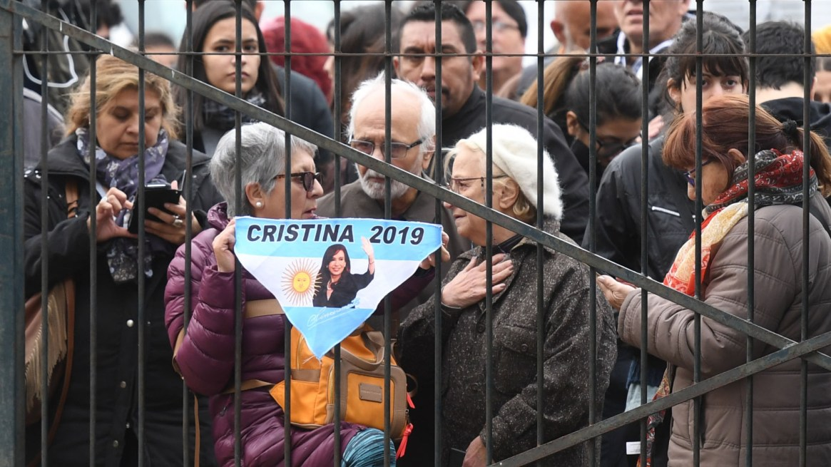 Militantes que respaldan a Cristina Kirchner