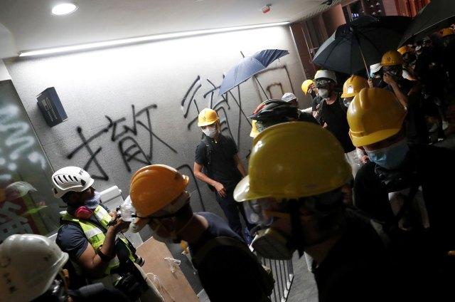 Los manifestantes pintaron las paredes cuando entraron al edificio. (Reuters)