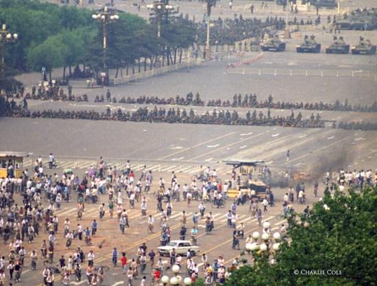 Residentes de Beijing llegan al borde de la Plaza de Tiananmén y se encuentran con tropas del EPL bloqueando la principal Avenida Changan. Poco después, las tropas abrieron fuego contra los transeúntes para despejar la carretera (Charlie Cole, 1989)