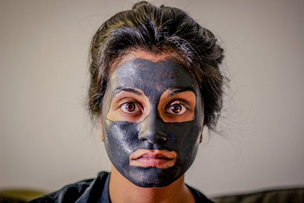 A woman with a facial mask. Salt scrub, salt scrubs, sugar scrub, sugar scrubs, body scrub, body scrubs, udwarthana powder recipe, udvartana powder recipe.