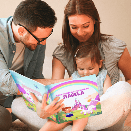 Família lê livro personalizado para a filha