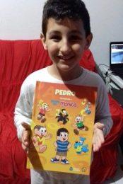 Pedro com Livro Personalizado da Turma da Mônica