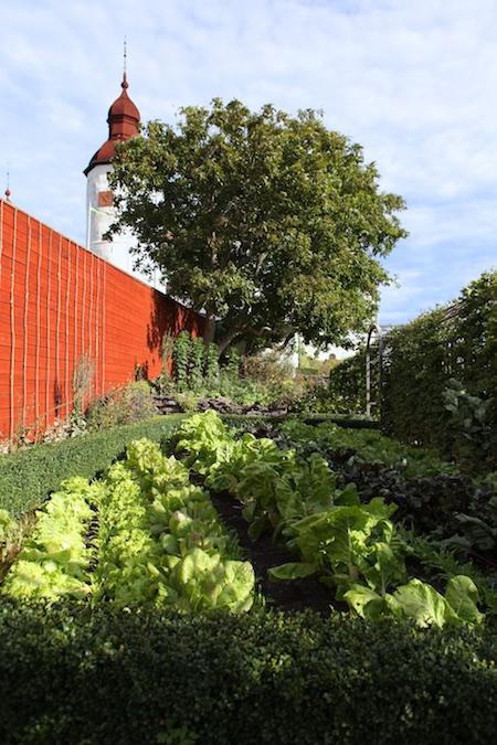 lacko-slatt-walled-lower-garden-10