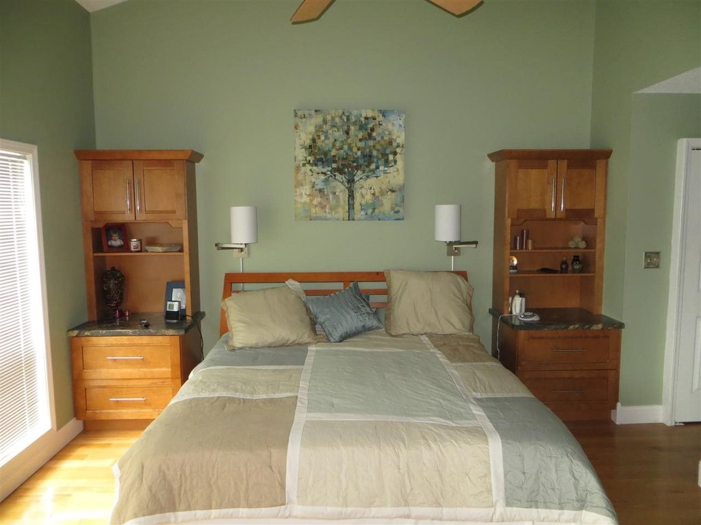 37 Clever Small Master Bedroom Ideas (Photos) on Small Room Bedroom Ideas  id=55739
