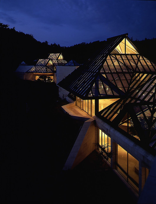 Night view of illuminated Miho Museum, Koka, Shiga Prefecture. Architecture: I. M. Pei. Copyright: Miho Museum. Lighting Design: Fisher Marantz Renfro Stone; Architectural Lighting Group. Image © Kiyohiko Higashide