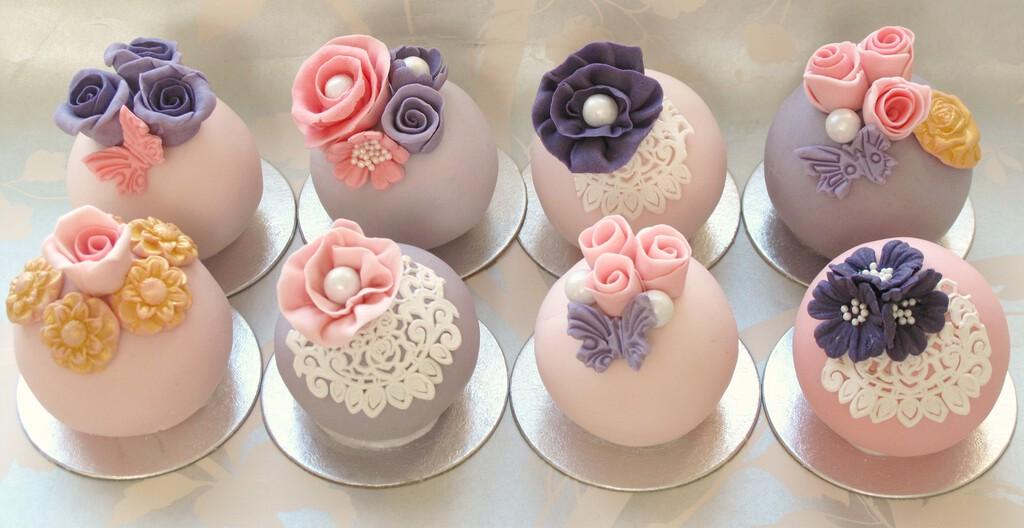 Teach Yourself Cake Decorating