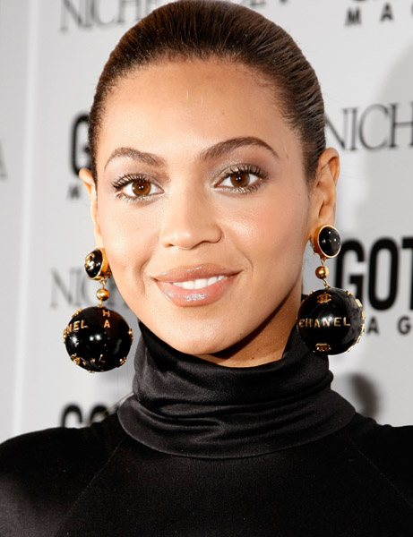 Imagini pentru celebrities wearing statement earrings