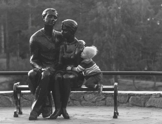Estatua de pareja y bebe