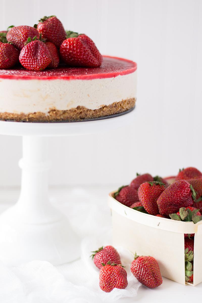 Strawberry Vanilla Bean Raw Vegan Cheesecake by Sift & Whisk | Oreeko.com