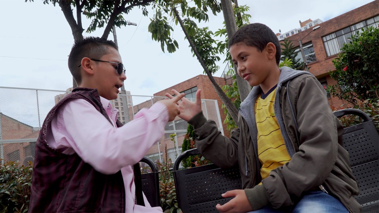 2 niños se saludan en un parque
