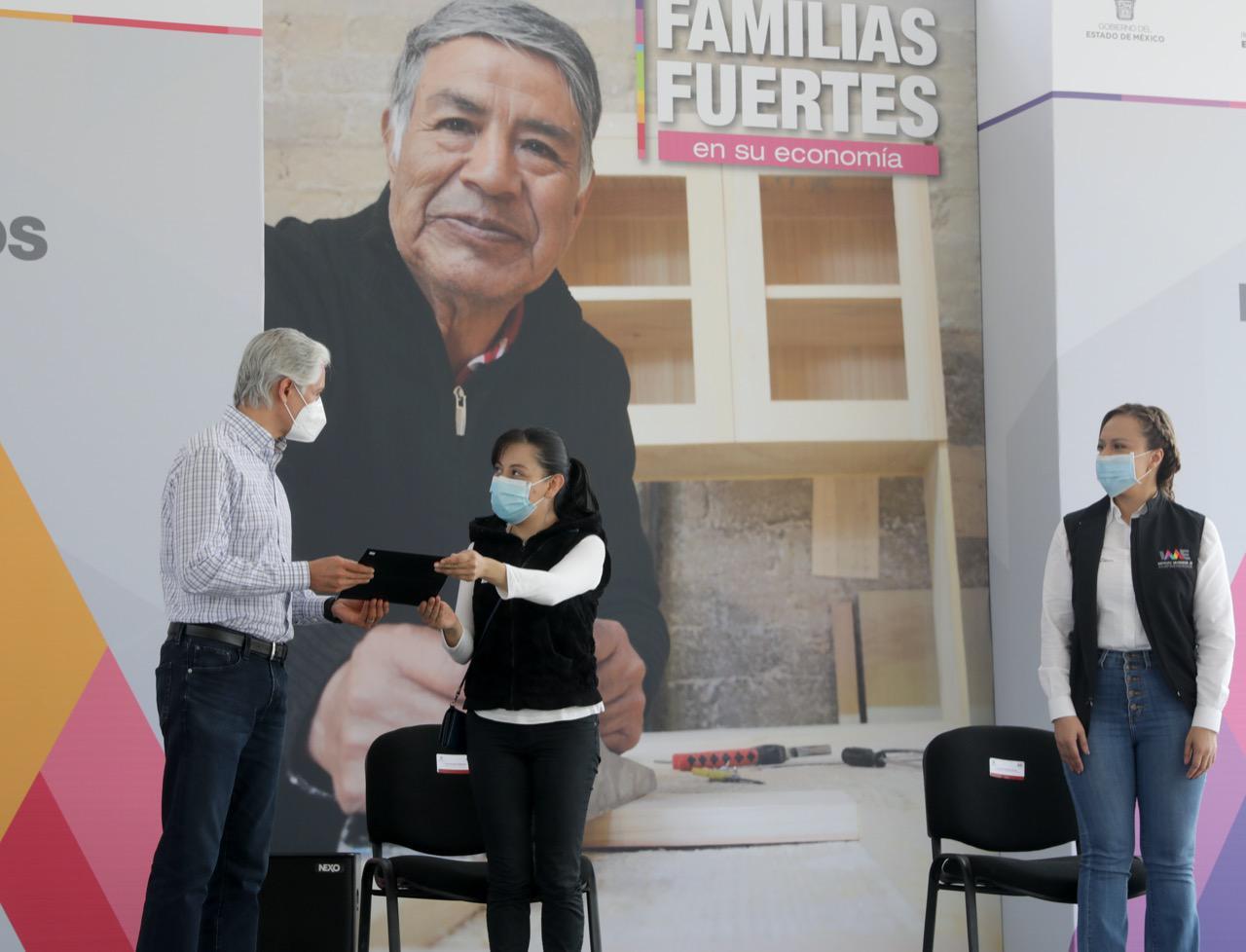 ALFREDO DEL MAZO ENTREGA CRÉDITOS A EMPRENDEDORAS MEXIQUENSES EN APOYO A LA ECONOMÍA FAMILIAR