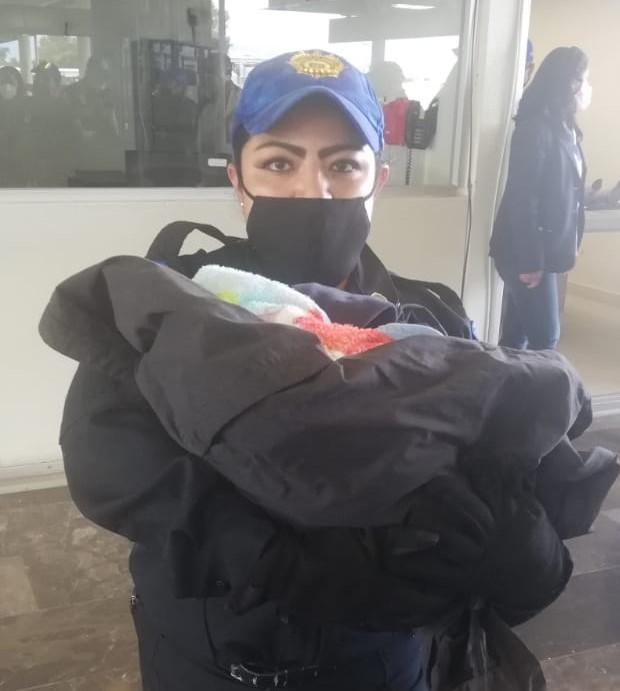 POLICÍAS DE LA SSC APOYAN EN EL NACIMIENTO DE UN BEBÉ EN LA ESTACIÓN TLÁHUAC DEL METRO CDMX