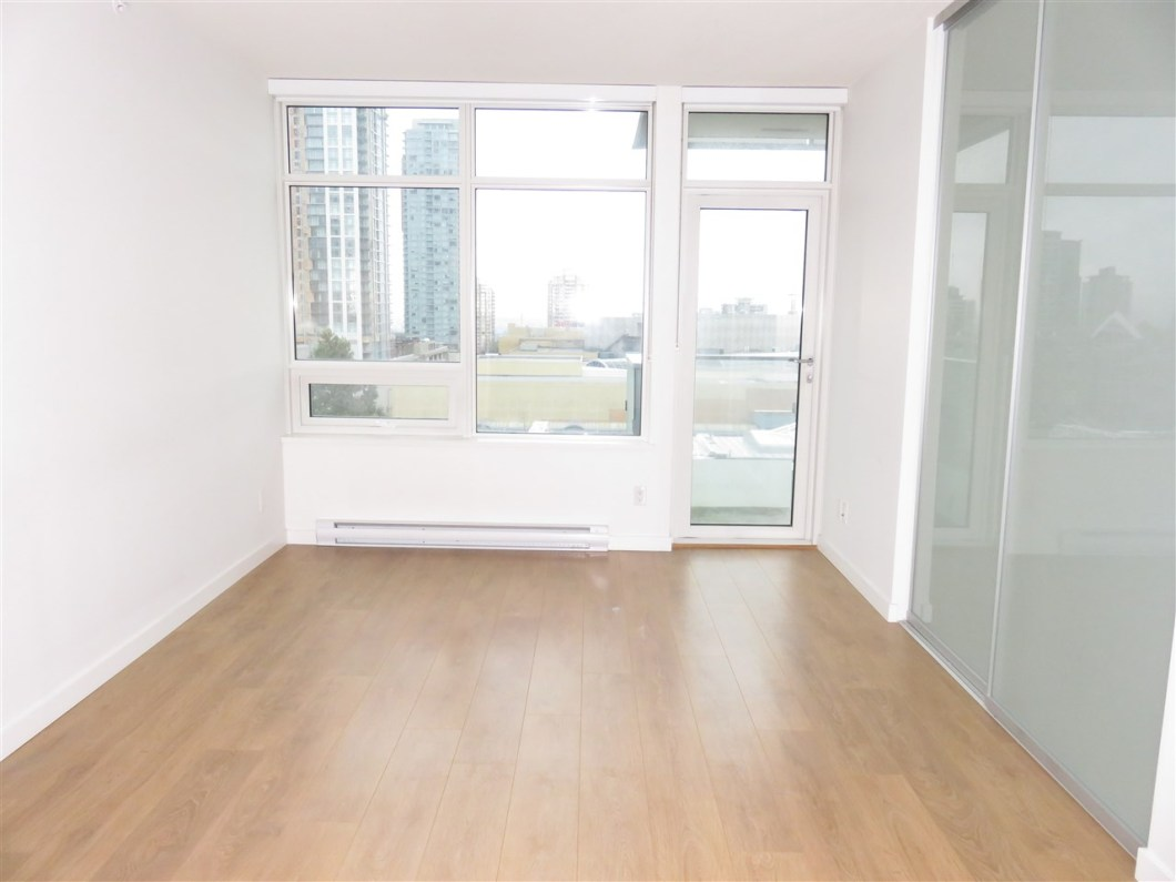 Metroplace is conveniently located across from Metrotown and Skytrain! Very easy access for shopping and commuting! Unit faces North with laminate, w/d, balcony, storage locker but no parking. Easy to rent!