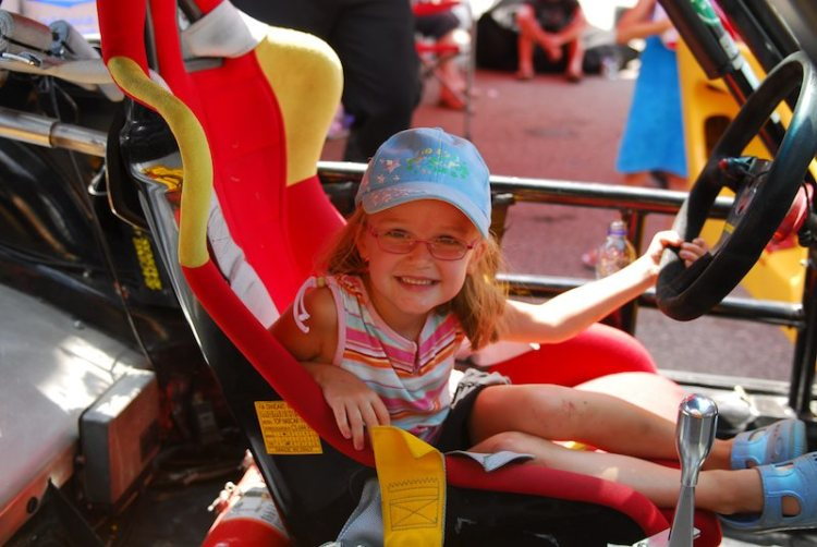 Young fan in Class winning #88. Porsche 911.