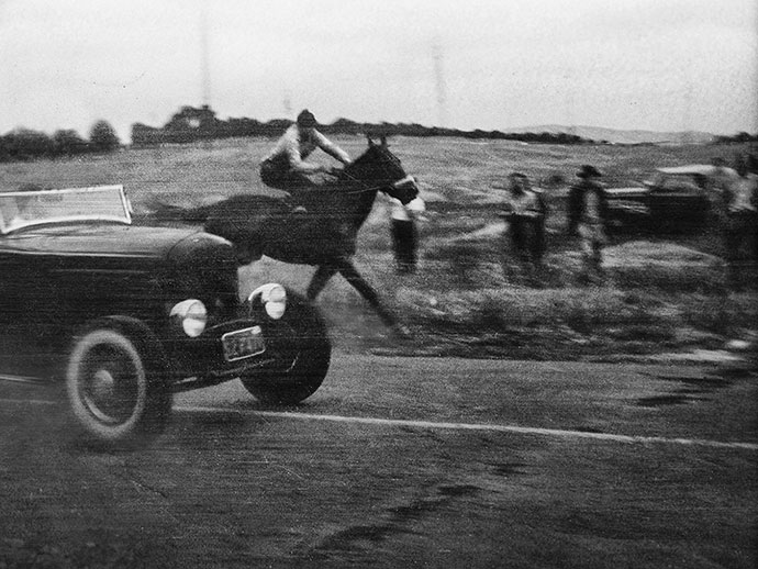 Pete Henderson edges out the undefeated quarter horse at the famous race in La Habra, California, 1944 (Credit – Photo by Ernie McAfee)
