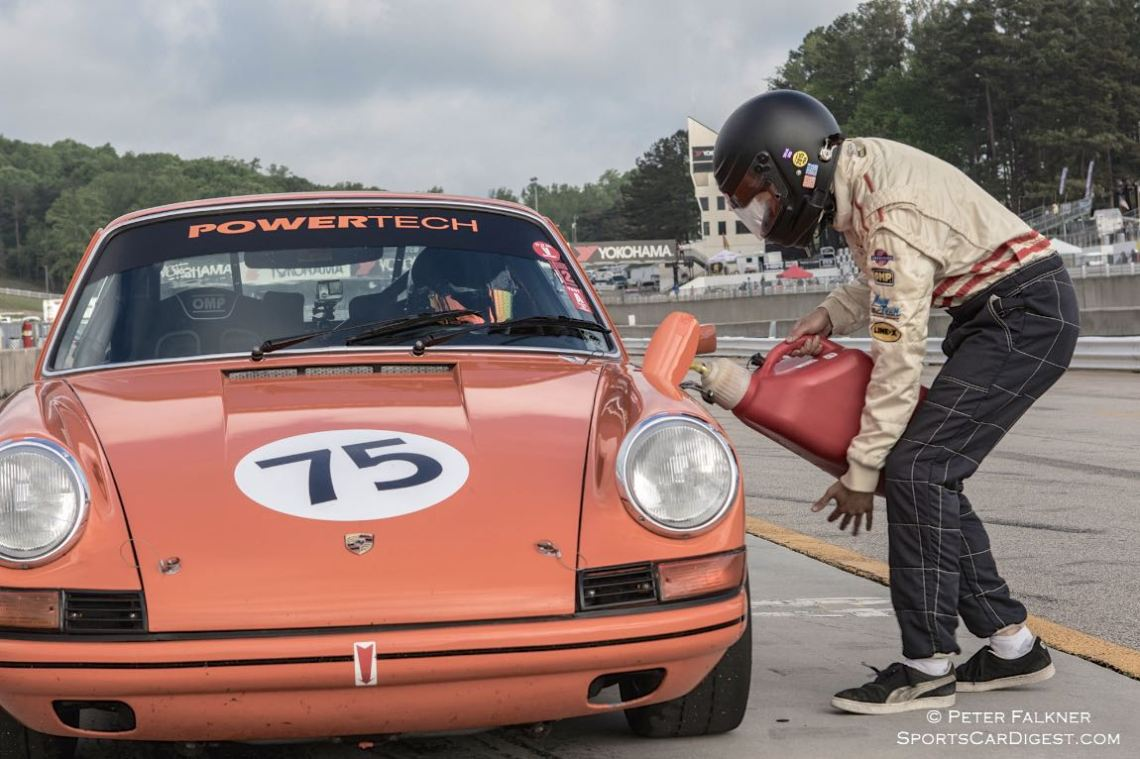 Pit action during the BRM Vintage enduro challenge, Ernsting, 69 Porsche 912/911