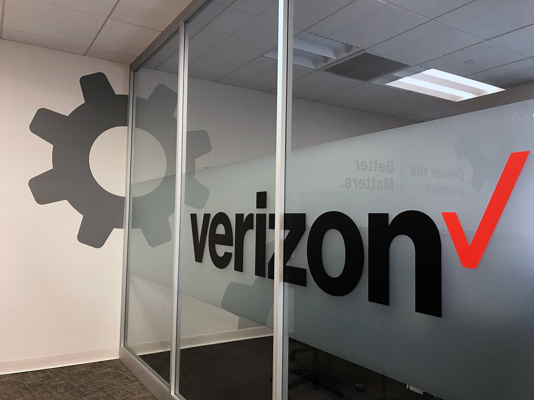 Verizon Window Graphic and Gear Icon