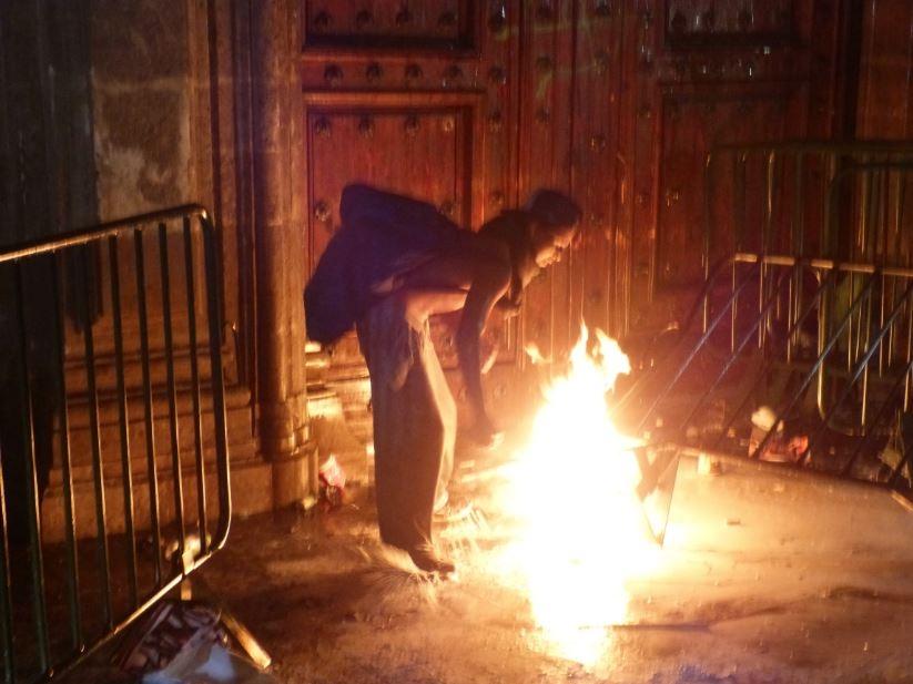 Prenden fuego a la puerta Mariana de Palacio Nacional