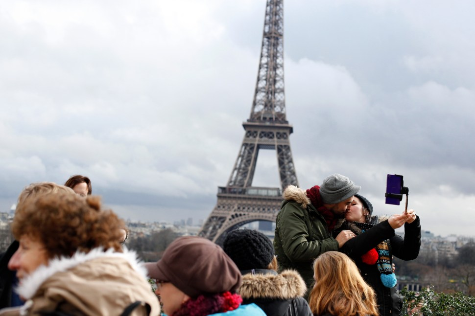 Parejas prefieren la Torre Eiffel para 'besos de altura'