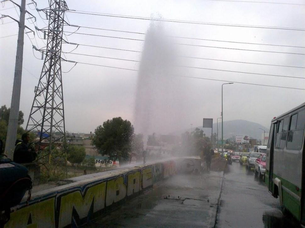 Bomberos controlan fuga de agua en Avenida Central