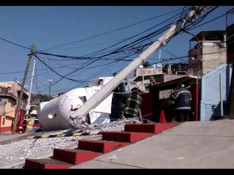 Pipa de gas vuelca e impacta contra poste en Las Águilas